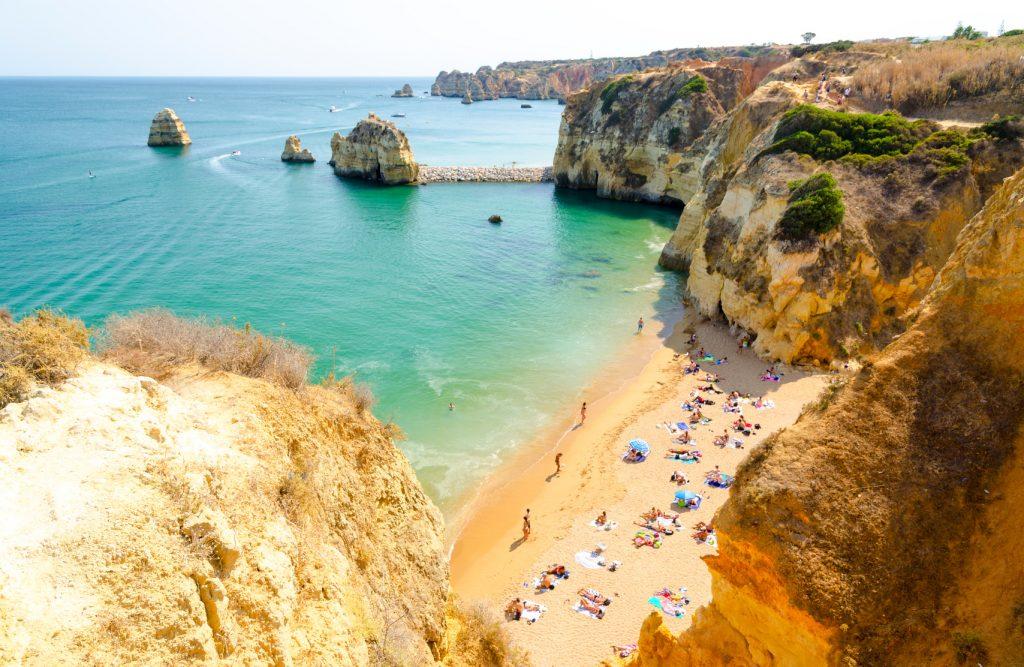 A Praia da Rocha é uma das principais no litoral do Algarve, em Portugal Foto: lukaszimilena/Fotolia
