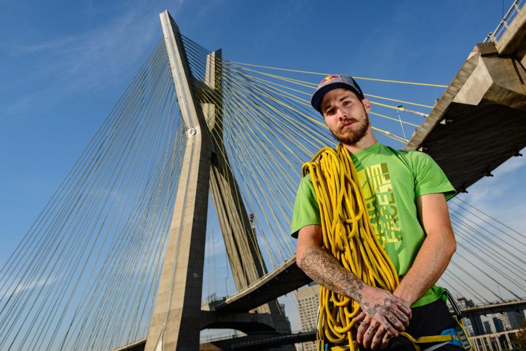 O escalador Felipe Camargo encara a ponte Estaiada, para abertura da Virada Esportiva. Foto: Marcelo Maragni/Red Bull Content Pool