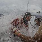 Velejador caiu no mar em manobra e foi resgatado logo em seguida Foto: Konrad Frost/Volvo Ocean Race