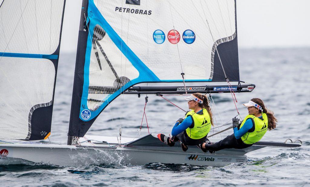 Com uma diferença inalcançável de 26 pontos para as adversárias, Martine e Kahena já garantiram a medalha de ouro Foto: Jesus Renedo/ Sailing Energy World