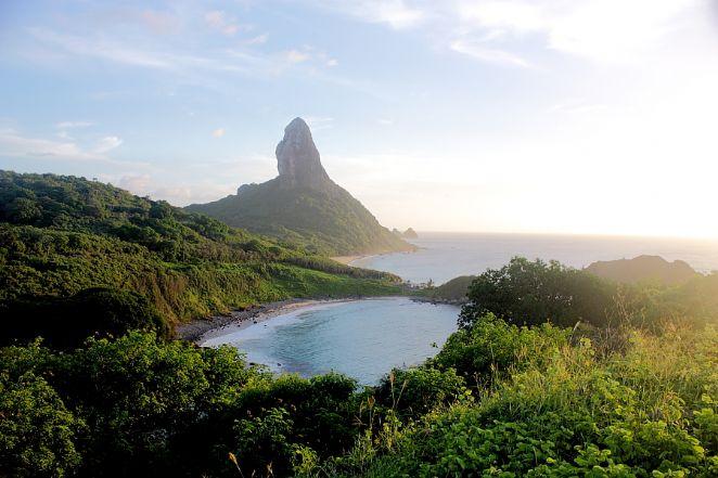 Vista da Praia do Meio e ao fundo Morro do Pico Foto: Eduardo Andreassi