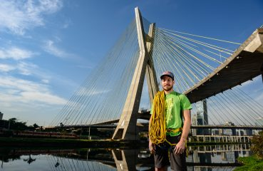 O escalador Felipe Camargo encara a Ponte Octávio Frias de Oliveira, a famosa Ponte Estaiada, para abertura da Virada Esportiva Foto: Marcelo Maragni/Red Bull Content Pool