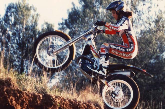 Em 2001, a piloto com só 16 anos ficava em 1º lugar no Women's World Trial Championship | Foto: Divulgação