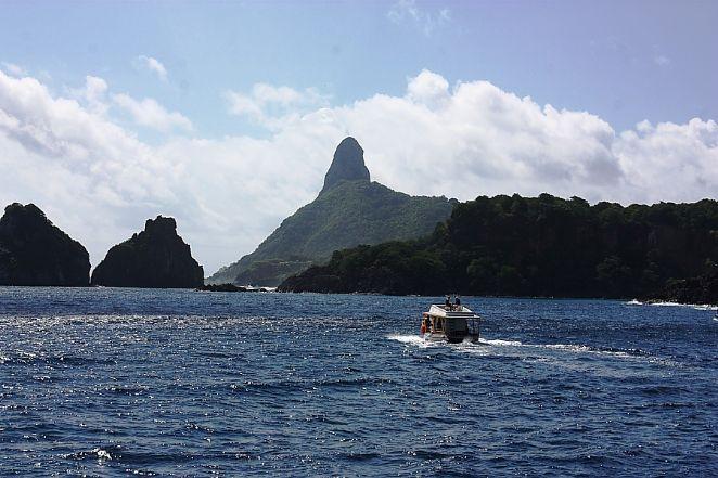 Passeio de barco (vista marítima dos Dois Irmãos e Morro do Pico) Foto: Eduardo Andreassi