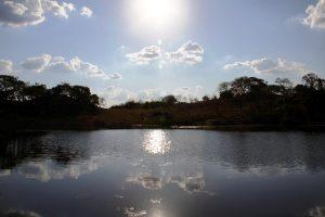 Lago no Manduzanzan Hotel Fazenda que leva à Cachoeira das Andorinhas. Foto: arquivo pessoal.
