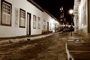 A cidade se impõe com seus casarões do século XVIII, calçamento rústico – de pedras – sendo clareadas por lampiões. Foto: arquivo pessoal.