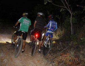 Bike e ciclistas subindo o Morro de São Francisco durante a noite. Foto: arquivo pessoal.