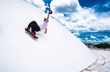 Em SP, brasileiros transformam obras de Niemeyer em pista de skate